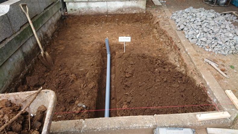排水用の管を埋設します